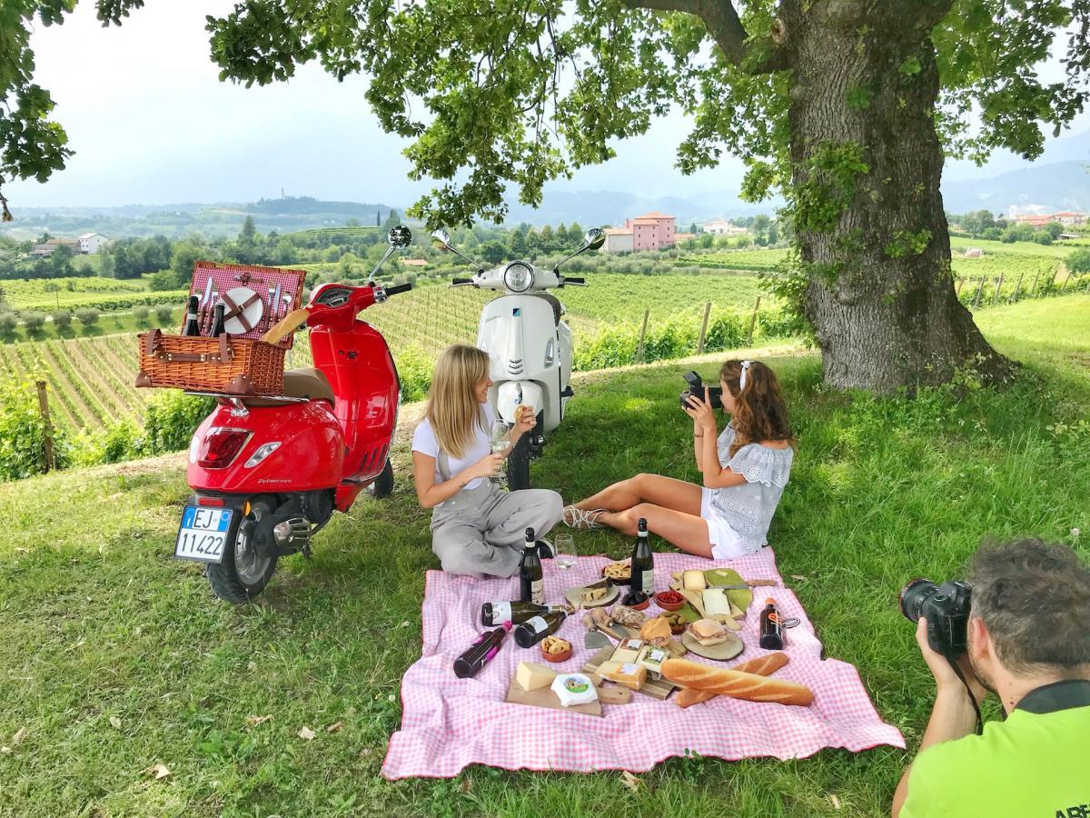 Vacanza in vespa in Veneto, percorre in vespa le Colline del Prosecco Superiore, la più antica Strada del Vino d'Italia e di suoi borghi