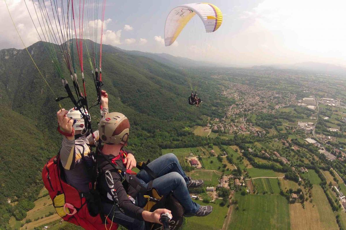 La tua vacanza sulle Colline del Prosecco Superiore dall'alto, prova l'esperienza del parapendio in Veneto sui vignetti e sui borghi più belli d'Italia