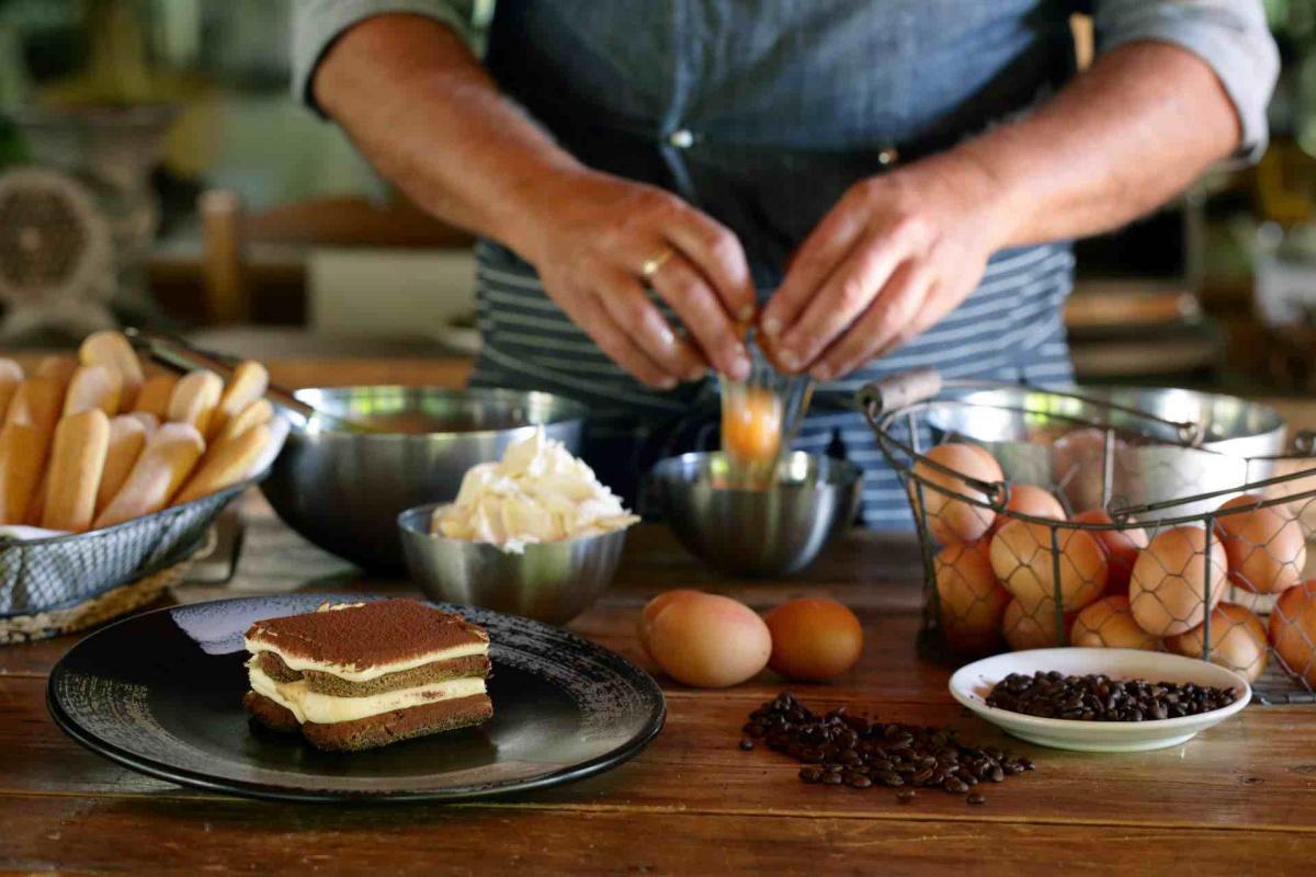 Il dolce italiano per ecellenza è il tiramisù, nato in Treviso. Impara la vera ricetta del tiramisù durante le tue vacanze in Veneto sulle Colline del Prosecco