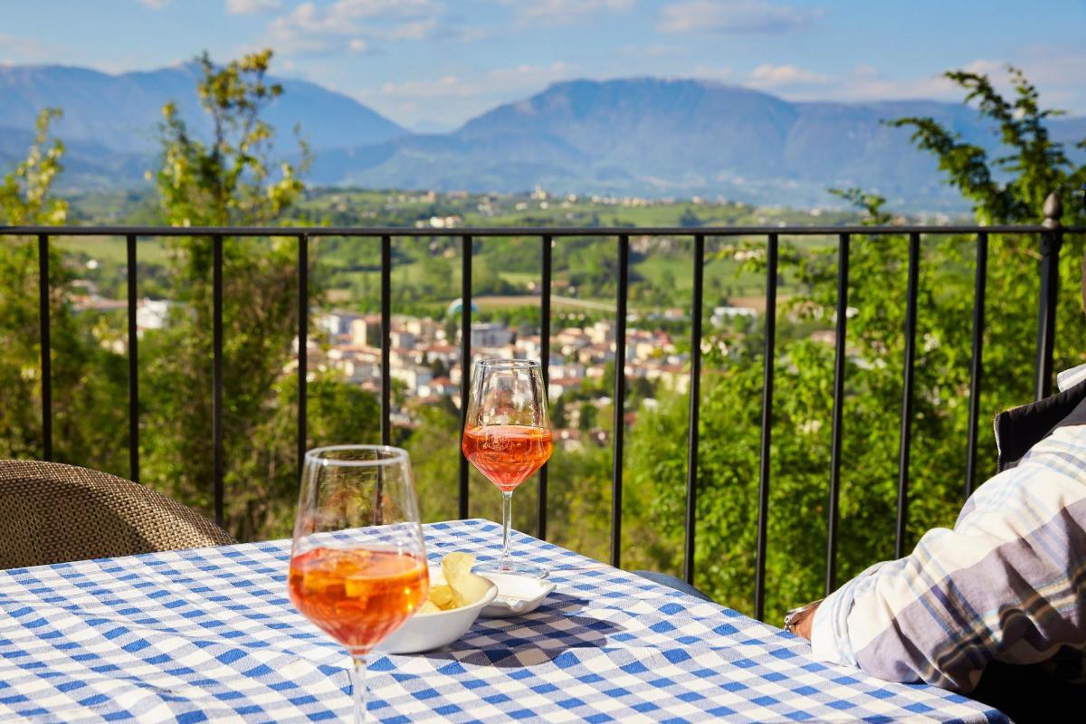 L'aperitivo italiano e panoramico sulle terrazze del Prosecco sul Castello di Conigliano durante la tua vacanza enogastronomica in Veneto