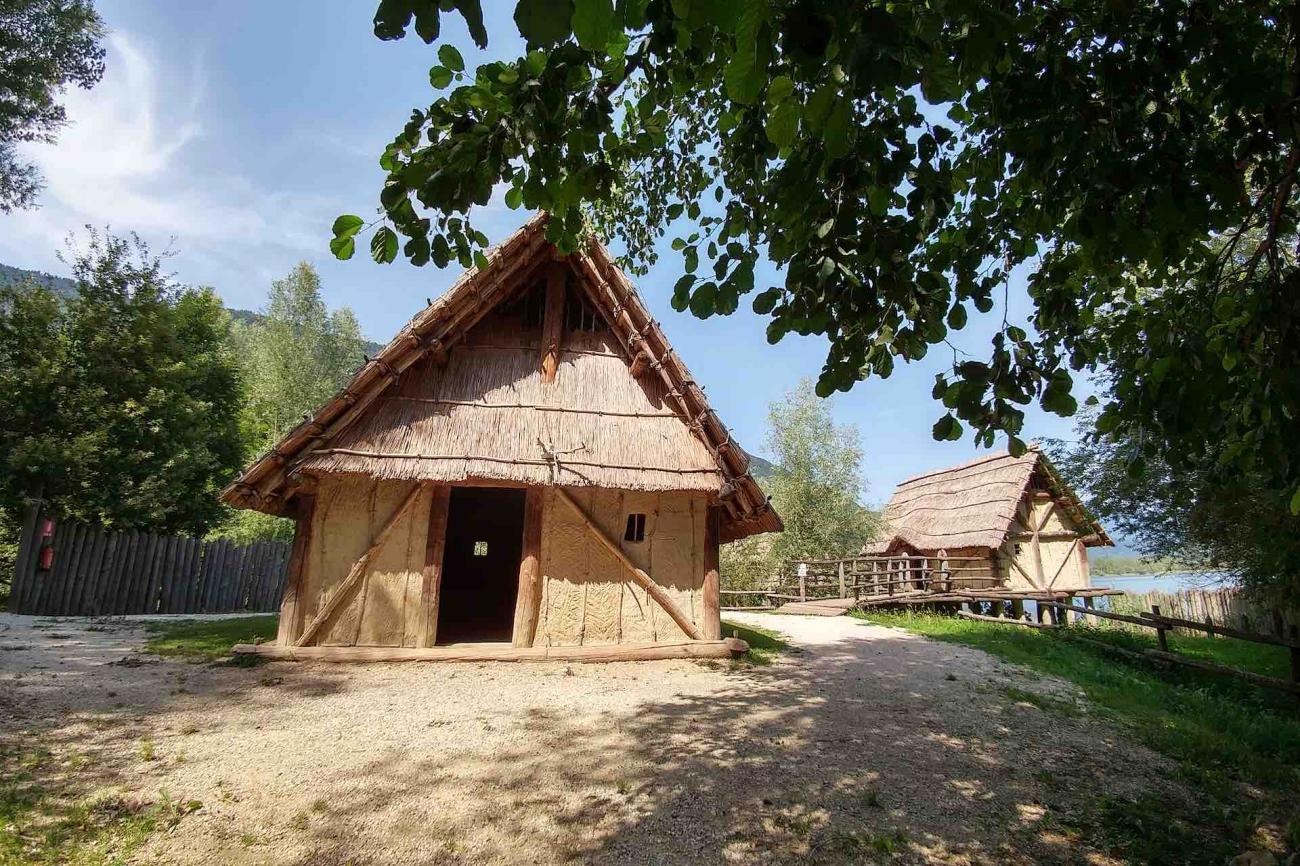 Un'avventura nella Preistoria durante la visita al Parco Archeologico Didattico del Livelet a Revine Lago in Veneto