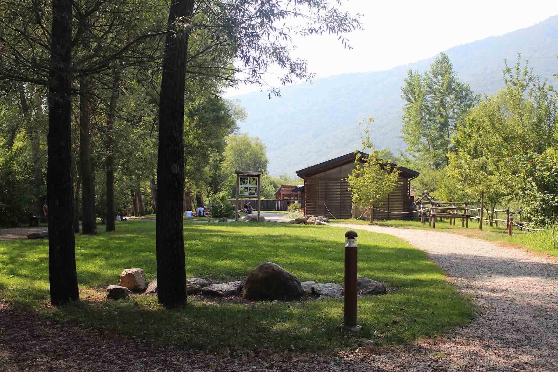 Il parco archeologico del Livelet permette di visitare strutture abitative preistoriche, interaggire con utensili preistorici e propone attività didattiche culturali