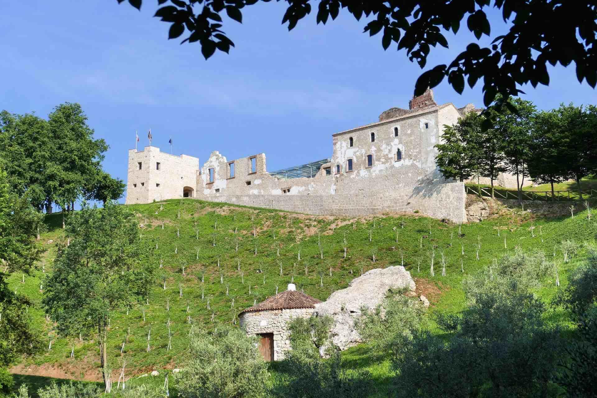 Nervesa della Battaglia in Treviso ospita l'abbazia di Sant'Eustachio, visita obbligata durante le vacanze sulle Colline del Prosecco in Veneto