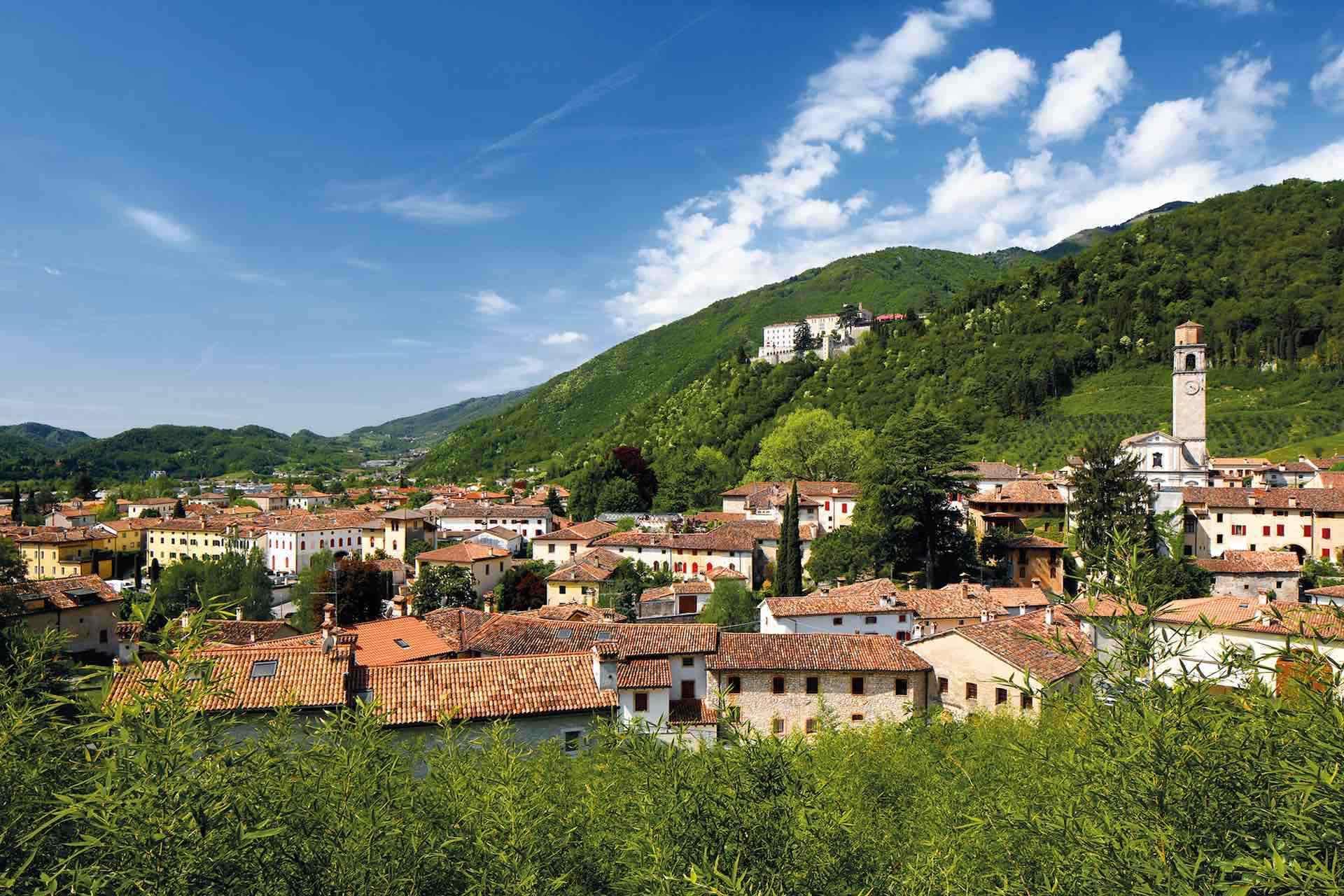 Panoramica di Cison di Valmarino ed il suo castello in Treviso